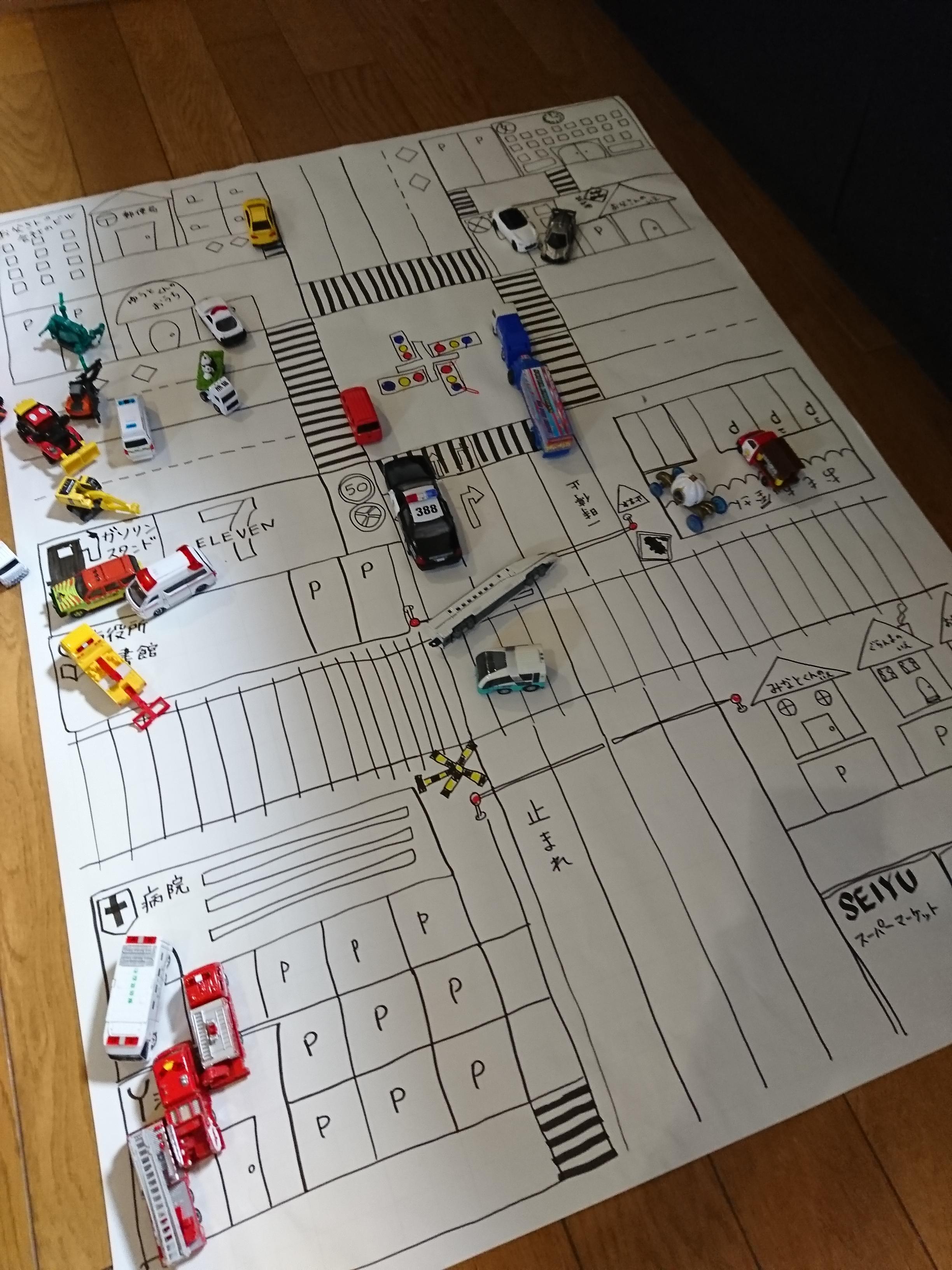 トミカと模造紙を使って教育!